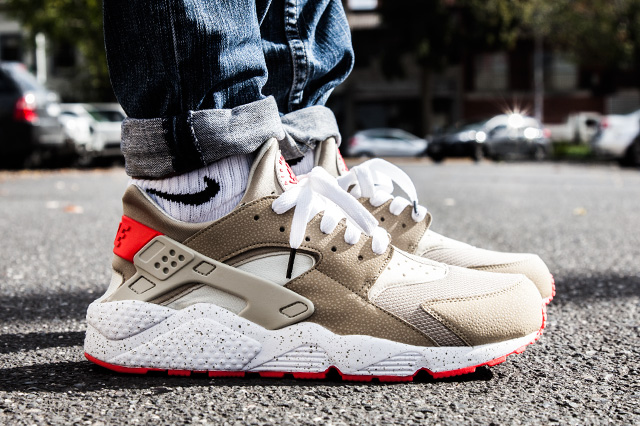 NIKE AIR HUARACHE LIGHT BEIGE LASER CRIMSON 1