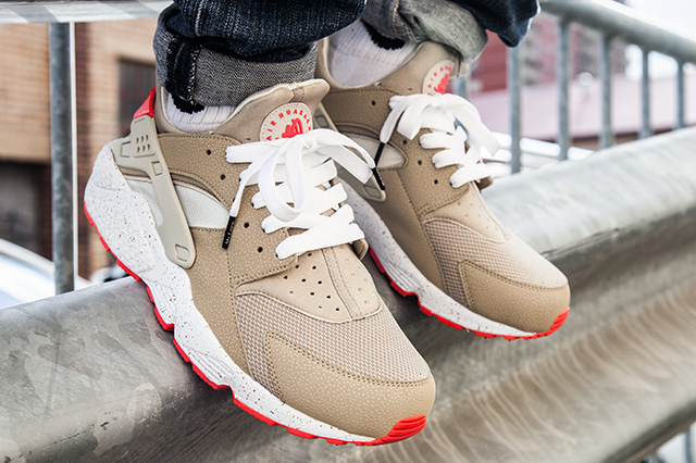 NIKE AIR HUARACHE LIGHT BEIGE LASER CRIMSON 2