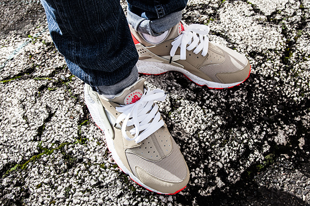 NIKE AIR HUARACHE LIGHT BEIGE LASER CRIMSON 4
