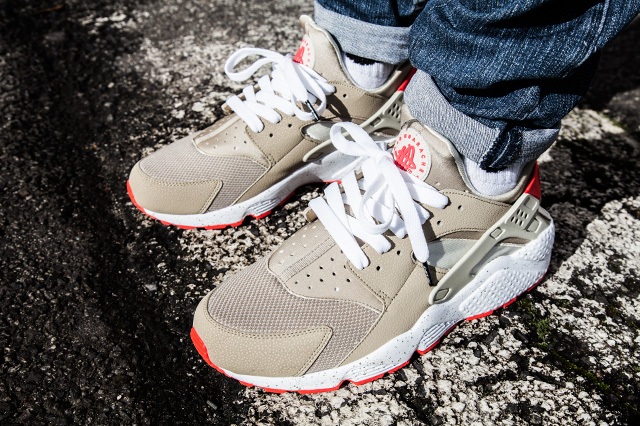 NIKE AIR HUARACHE LIGHT BEIGE LASER CRIMSON 5
