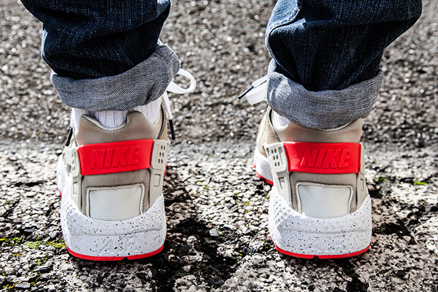 NIKE AIR HUARACHE LIGHT BEIGE LASER CRIMSON 6