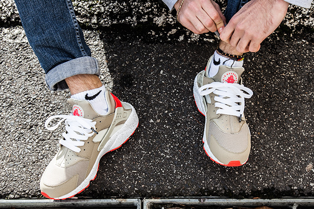 NIKE AIR HUARACHE LIGHT BEIGE LASER CRIMSON 7