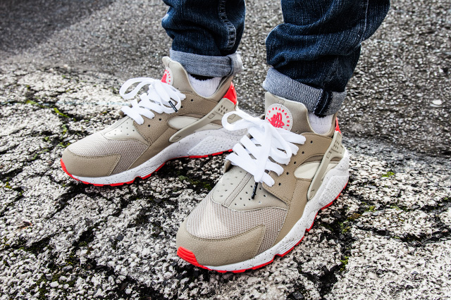 NIKE AIR HUARACHE LIGHT BEIGE LASER CRIMSON