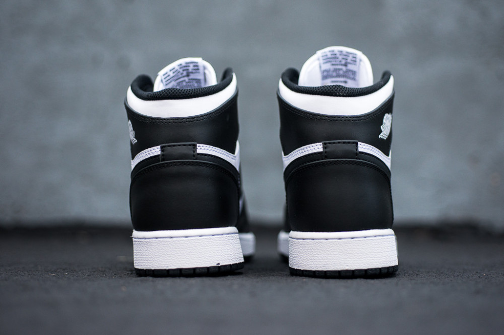 Air Jordan 1 Retro High OG Black White 2 1000x666